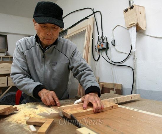 장수마을 주민인 김금춘씨가 5일 오후 서울 성북구 장수마을 공방작업장에서 마을에 쓰일 수납장을 제작 하고 있다.
