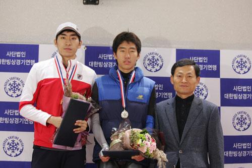 1만 m 시상식대에 이승훈(왼쪽)과 김희수(가운데)이 나란히 서 있다.