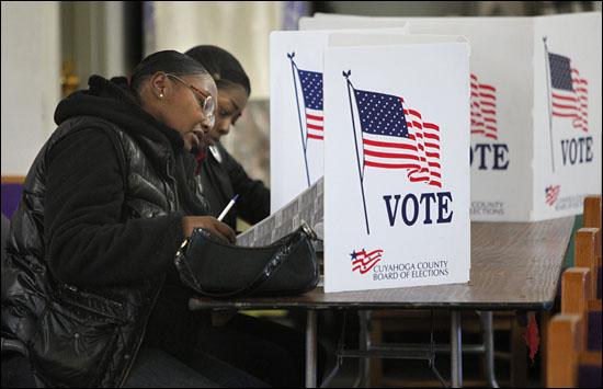 유권자들이 6일(현지시간) 미국 오하이오주 클리블랜드의 투표장에서 투표하고 있다. 이번 대통령 선거에서 민주당의 오바마 대통령은 공화당의 롬니 후보와 경합하고 있다. (EPA=연합뉴스)