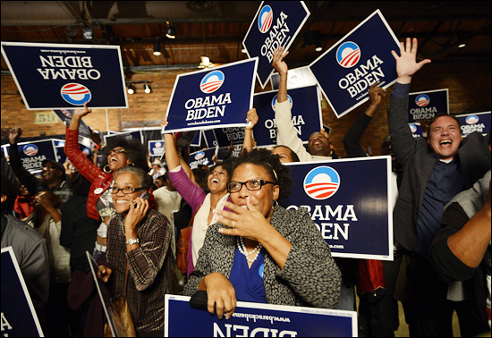 현지시각으로 6일 밤 오바마의 재선이 확정됐다는 보도가 나오자 애틀랜타의 오바마 지지자들이 기뻐하고 있는 모습. . (EPA=연합뉴스)