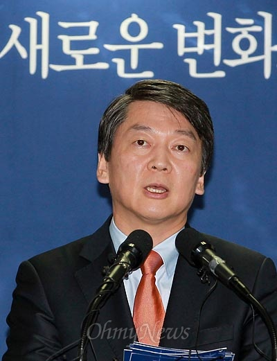 안철수 무소속 대선후보가 8일 오후 서울 종로구 선거캠프에서 기자회견을 열고 평화와 공동번영의 한반도를 이루기 위한 통일·외교 정책을 발표하고 있다.