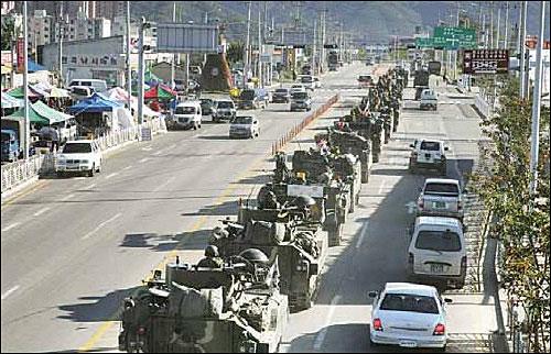 훈련을 위해 이동하는 전차부대 행렬.