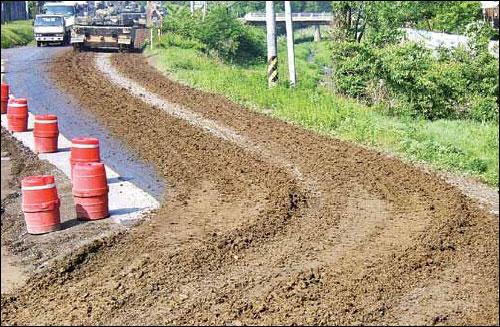 진흙으로 왕복 2차선 도로를 덮어버린 K9 자주포 궤도차량. 훈련장에서 나오면서 궤도에 묻은 진흙을 제거하지 않고 운행해 빚어진 일이다.