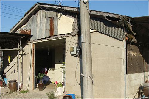 연천군 청산면 초성1, 4리 마을 옆에 들어선 군 탄약고 부근의 낡은 주택. 군은 탄약고 반경 660m 안에서 개발행위를 전면 불허해 주민들이 재산권행사에 어려움을 겪고 있다.