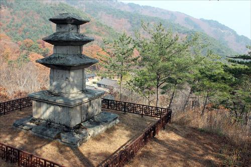 탑 뒤로 선본사가 아득히 내려다 보인다.