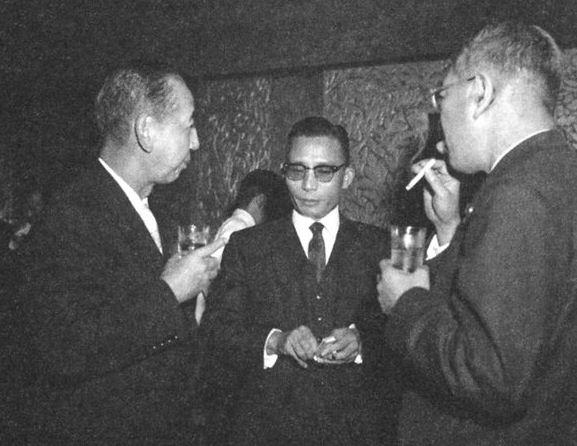 5.16쿠데타 5개월 뒤인 1961년 11월 일본을 방문해 이케다 수상과 대화하는 박정희 최고회의 의장. 왼쪽은 기시 노부스케 전 수상