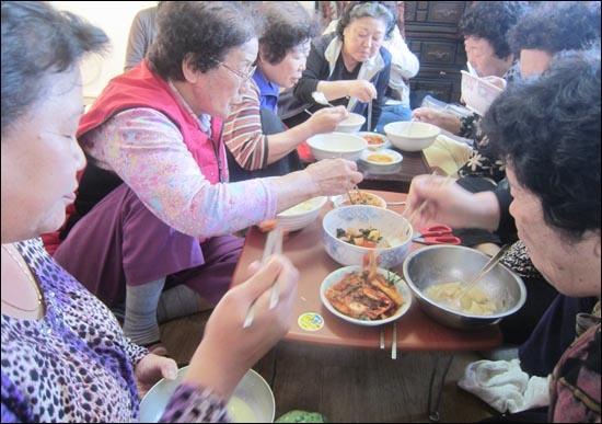 지난달 26일 장수마을의 박노순(76)씨 집에서 수제비 파티가 열렸다. 박씨집은 장수마을 주민들이 모이는 사랑방 중의 하나다. 갓 담근 배추김치와 총각김치가 곁들여져 수제비 맛은 일품이었다.