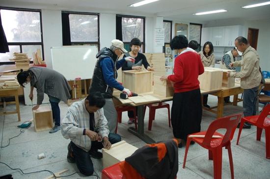 지난달 20일, 서울 성북구 삼선동 장수마을의 동네목수에 열린 화분 만들기 목공 교실이 열렸다.