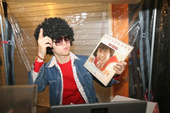 9일 남문시장 내 설치된 '추억의 DJ 박스'에서 DJ '미스터 백'이 주민들에게 신청곡을 받아 감미로운 DJ 멘트로 음악을 틀었다.