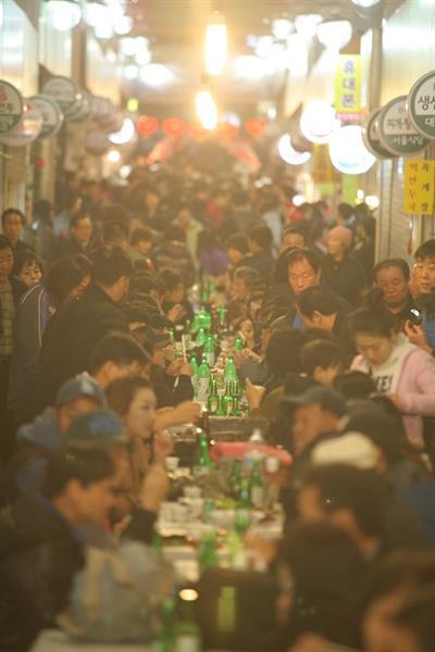 9일 오후 7시, 서울 금천구 독산동 남문시장의 상인들이 점포의 셔터를 내리고 야시장을 열었다. 남문시장의 불야성은 오후 11시가 넘어서야 사그라졌다.