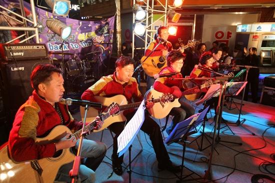 9일 오후 남문시장 내에 설치된 무대에서 기타 동아리, 시장기인이 그동안 갈고 닦은 기타 솜씨를 뽐내고 있다.