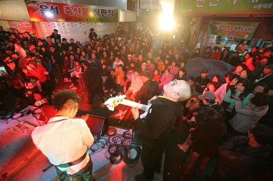 남문시장 중앙에 설치된 무대 앞으로 지역 주민들이 빼곡히 들어차 자바르떼 밴드의 공연을 지켜보고 있다. '시장통문화학교'의 기타, 노래, 스윙댄스 동아리가 무대에 올라 닦은 실력을 뽐냈다.