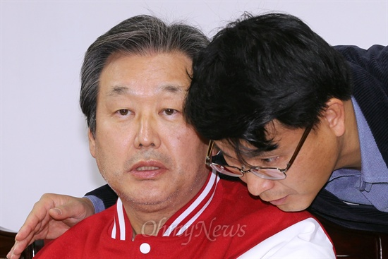 11일 오후 여의도 당사에서 열린 새누리당 중앙선거대책위원회 회의에서 김무성 총괄선대본부장이 윤상현 의원과 귓속말을 하고 있다.