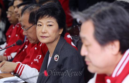 박근혜 새누리당 대선후보가 11일 오후 여의도 당사에서 열린 중앙선거대책위원회 회의에서 김무성 총괄선대본부장의 얘기를 듣고 있다.