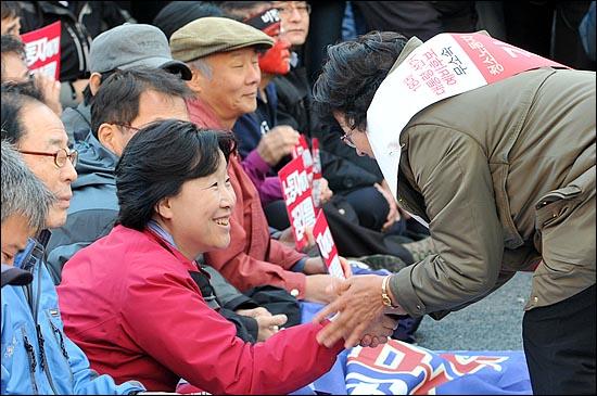 11일 오후 '전태일 열사 정신 계승! 2012 전국노동자대회'에 참석한 진보정의당 심상정 대통령 후보가 무소속으로 18대 대선에 출마한 김순자 예비후보와 인사를 나누고 있다.