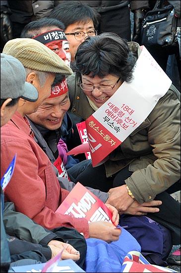 11일 오후 '전태일 열사 정신 계승! 2012 전국노동자대회'에 참석한 18대 대통령 선거 무소속  김순자 예비후보가 대회 참가자들과 반갑게 인사를 나누고 있다.