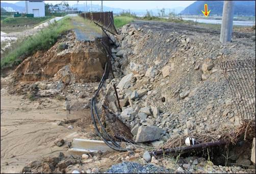 불어난 강물로 제방이 붕괴돼 농경지가 침수 피해를 입었습니다. 긴급하게 임시로 제방을 복구한 모습입니다.