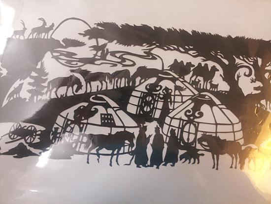 둘궁 부모의 선물 종이를 가위로 오려 만든 작품으로 전통 주택인 게르와 말, 염소 등과 함께 있는 몽골인들의 모습을 형상화했다고 한다. 둘궁의 이모가 몽골에서 직접 만들어 보냈다고 한다.