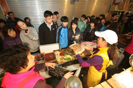 9일 남문시장 여성상인회 회원들이 먹거리 장터를 열었다. 여성상인회는 장터의 수익금을 인근 지역의 불우한 노인에게 기부할 예정이다.