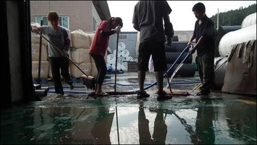 낙동강 지천인 회천의 물이 넘쳐 주변의 개진농공단지들이 침수 피해를 입었습니다.