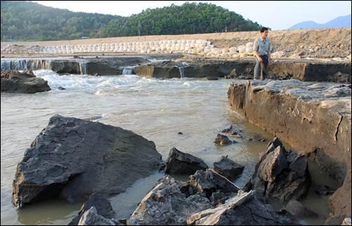 이게 바로 그 유명한 'MB야가라폭포'입니다. 4대강 준설로 인해 지천의 모래뿐 아니라 점토층까지 모두 패여 나가는 심각한 재앙이 발생하였습니다.