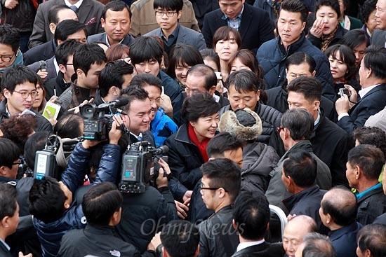 박근혜 새누리당 대선후보가 12일 오후 전북 익산 금마시장을 방문해 시민들과 악수를 나누고 있다.