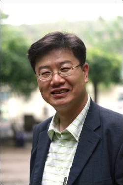 시인 김윤환 이번 축제에서 시인 김윤환은 15일(목) 저녁 7시 30분 향토시집 '시흥, 그 염생습지로' 출판기념회를 시작으로 18일(일)까지 향토시화전을 가진다.