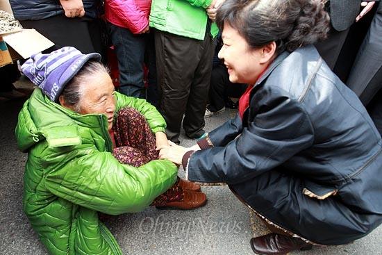 박근혜 새누리당 대선후보가 12일 오후 전북 익산 금마시장에서 시민들을 만나 이야기를 나누고 있다.