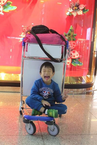가족여행을 위해 필리핀 수빅으로 떠나기 전, 인천공항 내에서 포즈를 취하고 있는 둘째 아들.