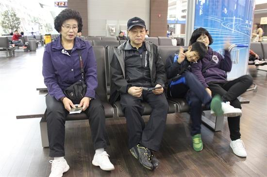가족여행을 위해 필리핀 수빅으로 떠나기 전, 인천공항 내에서 비행기를 기다리며 찰칵.
