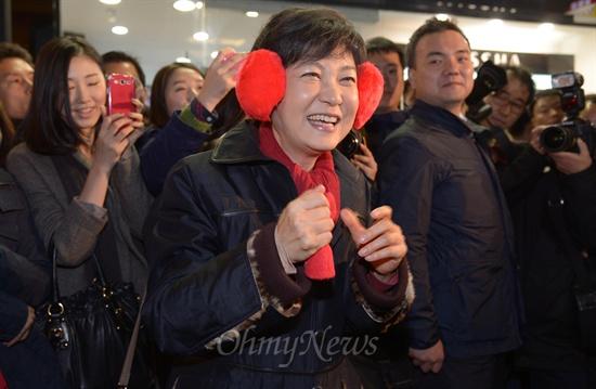 박근혜 새누리당 대선후보가 12일 오후 광주광역시 충장로 젊은이의 거리에서 한 상인이 선물한 빨간 귀마개를 착용하고 있다