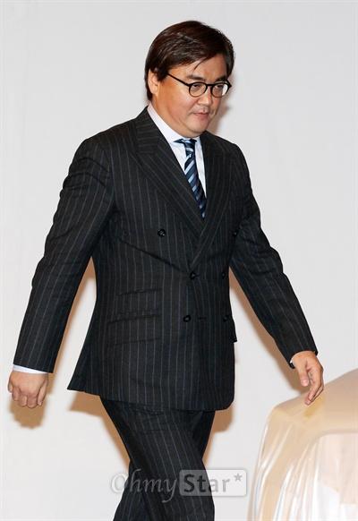 13일 오후 서울 역삼동의 한 호텔에서 열린 KBS2TV 수목드라마 <아이리스2> 쇼케이스에서 정태원 태원엔터테인먼트 대표가 무대 위로 오르고 있다.
