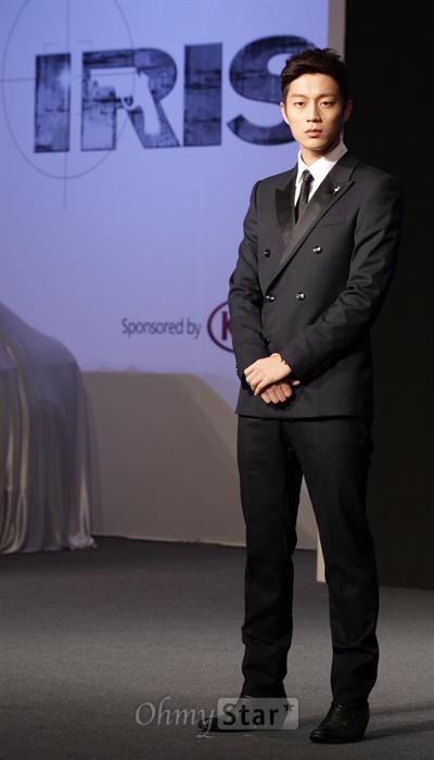 13일 오후 서울 역삼동의 한 호텔에서 열린 KBS2TV 수목드라마 <아이리스2> 쇼케이스에서 NSS요원 서현우 역의 배우 윤두준이 포토타임을 갖고 있다.
