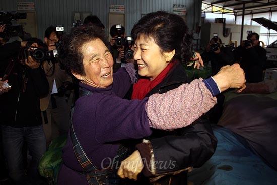 박근혜 새누리당 대선후보가 13일 오후 대전광역시 유성구 노은농수산물도매시장에서 배추상인과 포옹을 하고 있다.