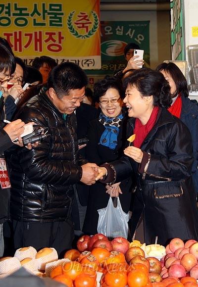 박근혜 새누리당 대선후보가 13일 오후 대전광역시 유성구 노은농수산물도매시장에서 상인들과 이야기를 나누고 있다.
