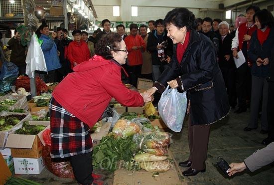 박근혜 새누리당 대선후보가 13일 오후 대전광역시 유성구 노은농수산물도매시장에서 장을 보며 상인과 인사를 나누고 있다.