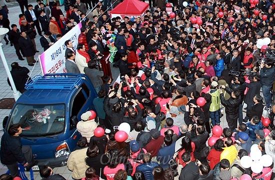 박근혜 새누리당 대선후보가 12일 오후 광주역에 도착한 뒤 역광장에 마련된 트럭위에 올라가 마이크를 잡고 발언하고 있다.