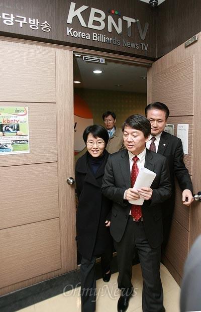 무소속 안철수 후보가 13일 오후 서울 금천구 독산동에 위치한 한국당구방송에서 박선숙 선대본부장과 함께 나오고 있다.