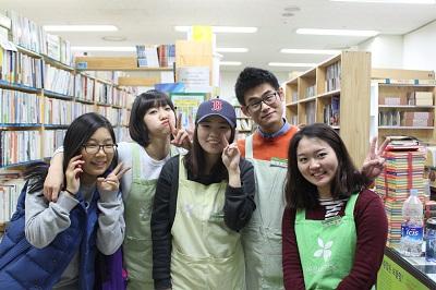 아름다운 가게 헌책방 광화문점 자원봉사자들