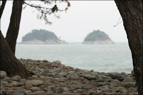 무술목에서 바라본 바다. 바다에 떠 있는 두 섬은 죽도와 혈여다.