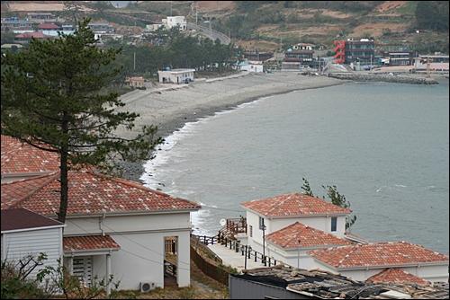 스페인식 건물양식 펜션과 어울린 계동해변