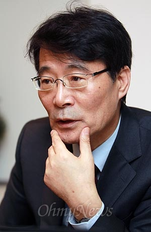 안철수 무소속 대선후보 선거캠프의 경제정책을 총괄하고 있는 장하성 국민정책본부장.