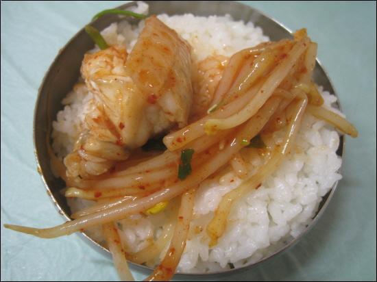 김이 모락모락나는 흰밥 위에 아구찜. 지금 생각해도 입안에 침이 '남강'(진주에 흐르는 강이름)입니다.