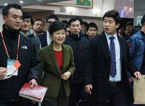 건국대학교 새천년관에서 열린 토크콘서트가 끝난 뒤, 박근혜 후보가 지지자들의 환호를 받으며 퇴장하고 있다.