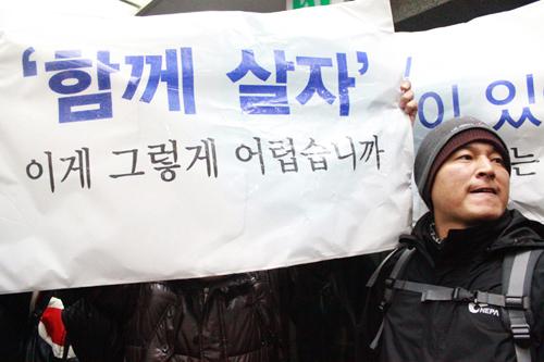 박근혜 후보가 토크콘서트 행사장에 입장한 뒤 로비에 남은 김남섭 쌍용차 해고노동자 사무국장이 피켓을 들고 시위를 벌이고 있다.