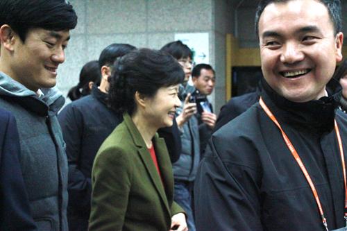 토크콘서트가 끝나고 건국대학교 새천년관을 빠져나가는 박근혜 후보에게 본 기자가 쌍용차 해고노동자들과 학생들의 요구에 대한 의견을 묻자 대답없이 웃으며 자리를 빠져나가고 있다.