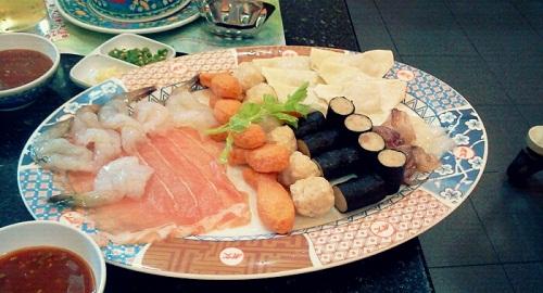 처음 먹은 태국은식인 수끼. 해산물 육류 어묵 채소 등을 육수에 데쳐 초고추장에 찍어먹는 음식으로 샤브샤브와 유사하다.