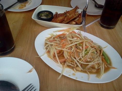 태국의 대표음식인 솜땀. 우리나라 무생채와 비슷하다. 파파야를 채썰어 젓갈로 무친 것으로 김치에 익숙한 우리 입맛에 가장 잘맛는 태국음식이다.
