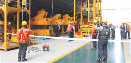 거제 대우조선해양 특수선선체 공장에서 15일 오후 산재사망사고가 발생했다. 사진은 사고 직후 현장 모습.