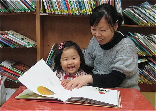 부산 금정구 금샘마을공동체의 금샘마을도서관은 누구나 무료로 이용가능하다. 도서관은 책을 통한 아이와 어른, 나와 이웃이 함께 성장하는 공간을 표방한다.